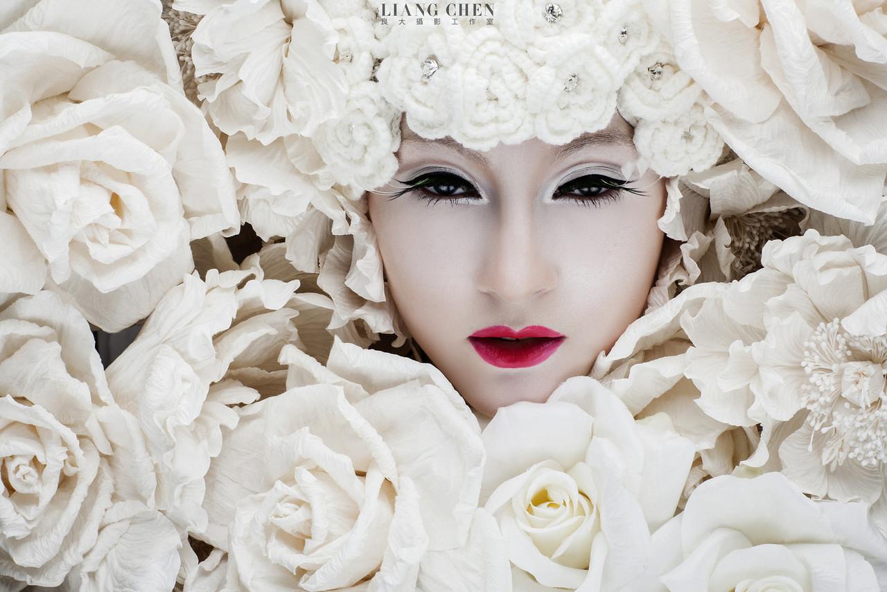 """Weddings新娘物語NO.63 Photography by 良大 Liang Chen Make Up by Vivi Peng 雜誌編輯/Silvia Lai 花飾/意坊花飾 MD/妮新 Katya 一直以來...花跟女人本來就是離不開的~而""""花想容""""這系列的影像呈現...只是我對女人的欣賞的觀點之一...並不是攝影論點...我喜歡拍我愛的女 人味!!! 因""""女人""""總是多變的!!! 詳情請見新娘物語雜誌NO.63期 P84頁"""
